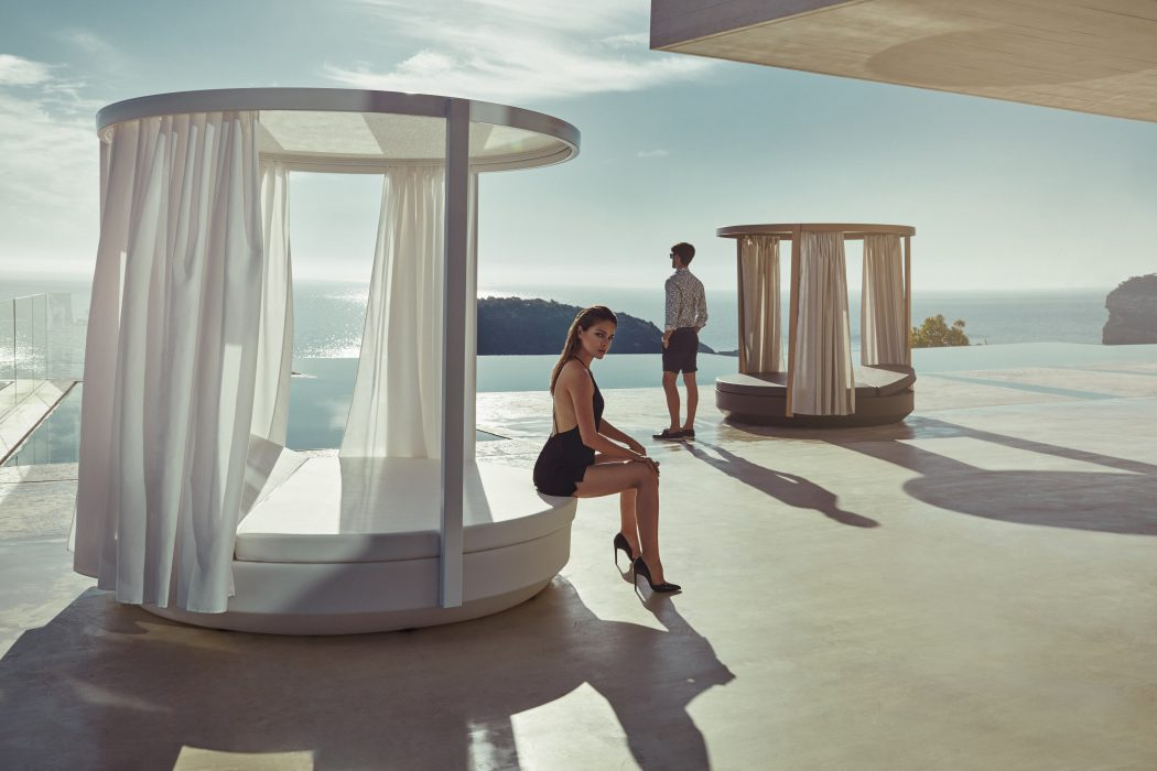 VONDOM Vela Round Daybed with a Canopy